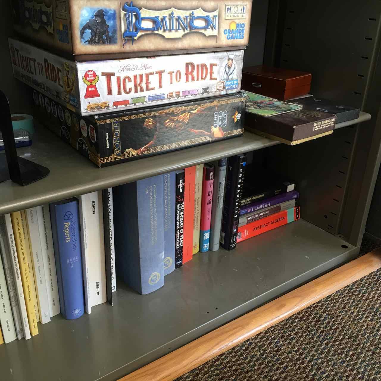 コモンルームの本棚。ひっそりと日本語の数学書が置かれている。日本人教員もお2人いるようだったけれど、この本との関係は不明。